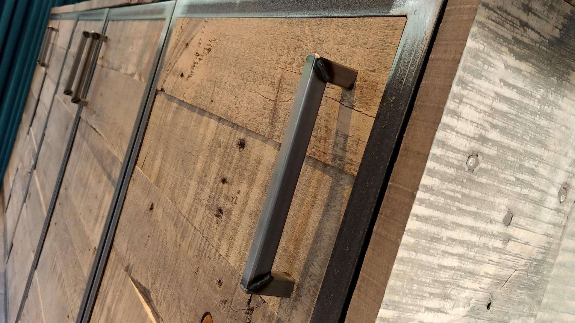 Sloophout dressoir met stalen omlijsten en stoere greepjes